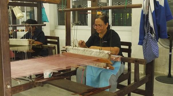 Appreciate-the-artisans-of-Bang-Sai-Royal-Folk-Arts-and-Crafts-Center-in-Ayutthaya_artisans-at-work-3.jpg